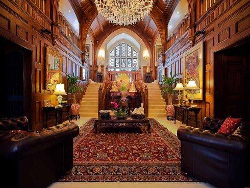 Chùm đèn tạo ấn tượng ngay khi bạn bước vào biệt thự. Ngoài ra còn có hai cầu thang song song đưa bạn lên tầng tiếp theo.