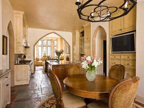 Phòng bếp được lát bằng đá trong khi một số phòng khác là sàn gỗ. Đây chính là điểm đặc biệt trong thiết kế ngẫu hứng theo phong cách Tudor.