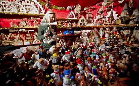 Hàng trăm người tụ tập tại quảng trường Roemerberg ở Frankfurt để dự lễ khai mạc hội chợ Giáng sinh của thành phố. Ảnh: AP