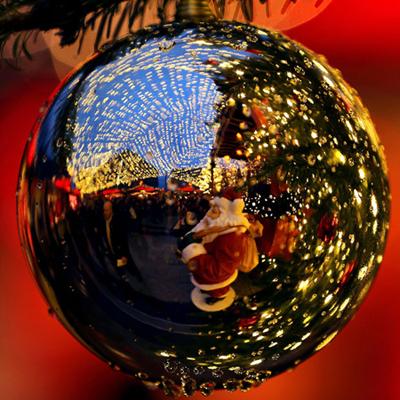 Quang cảnh hội chợ ở Cologne soi bóng trên một quả cầu trang trí. Ảnh: AFP