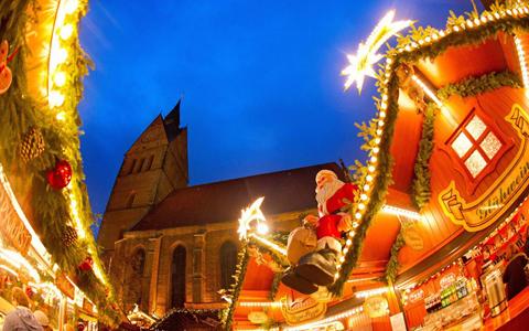 Mô hình ông già Noel rực sáng ở hội chợ tại Hanover. Ảnh: EPA