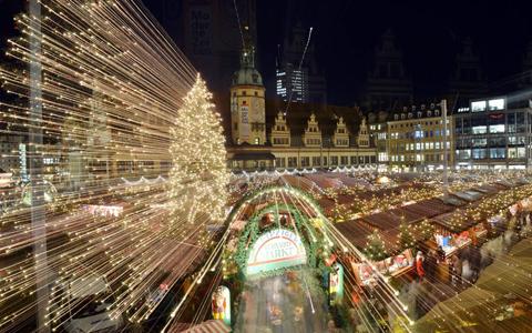 Nhiếp ảnh gia sử dụng hiệu ứng để tạo có được bức ảnh đẹp về hội chợ tại Old City Hall ở Leipzig. Ảnh: EPA
